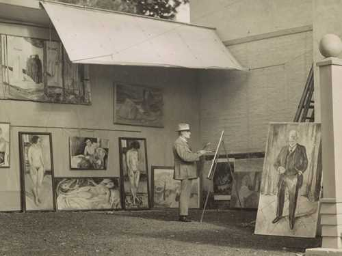 Edvard Munch: Edvard Munch in the open-air studio at Ekely, 1933. Photo © Munchmuseet
