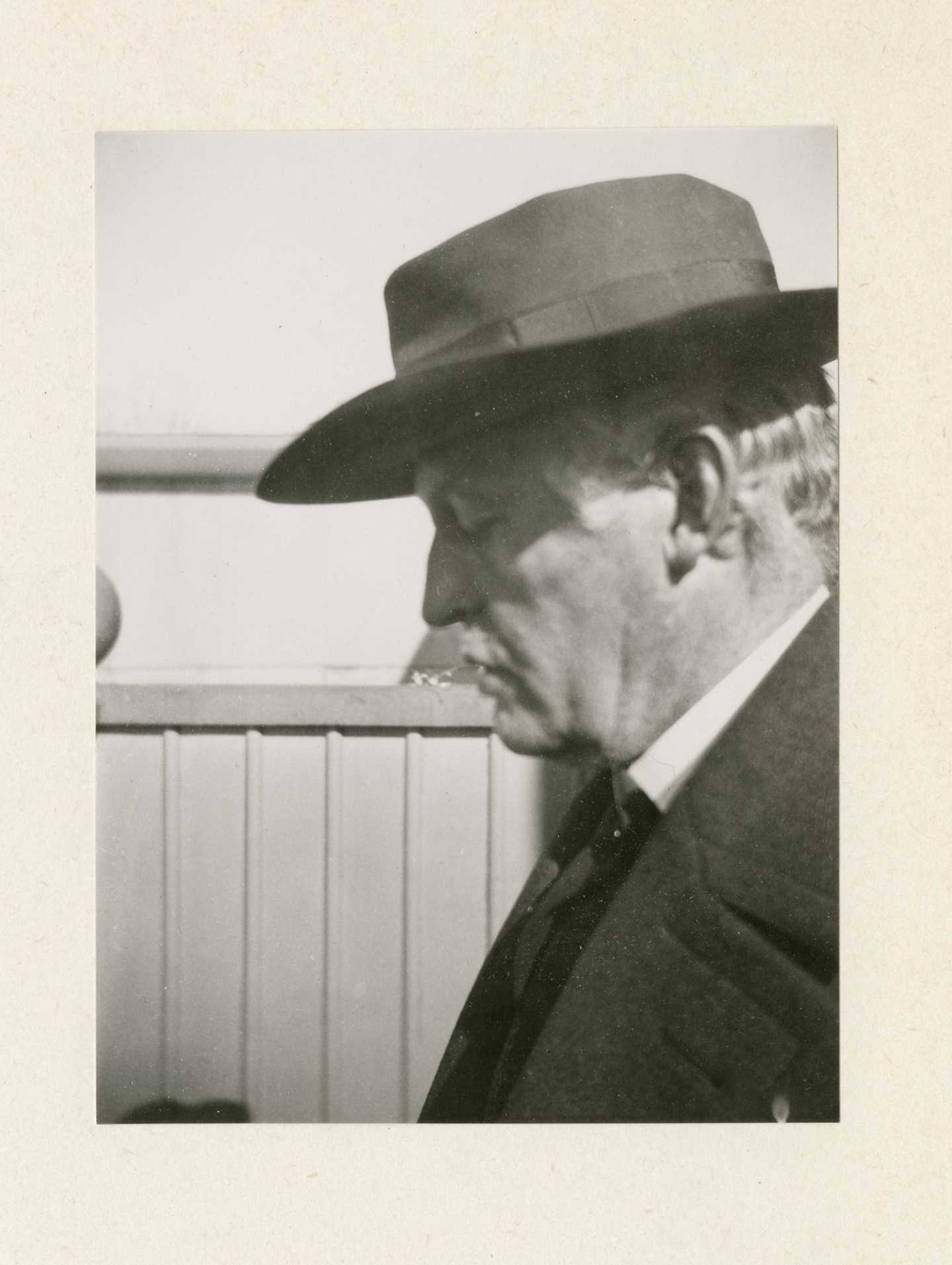 Edvard Munch: Self-portrait in profile with hat, on the steps of the winter studio at Ekely, 1930. Photo © Munchmuseet