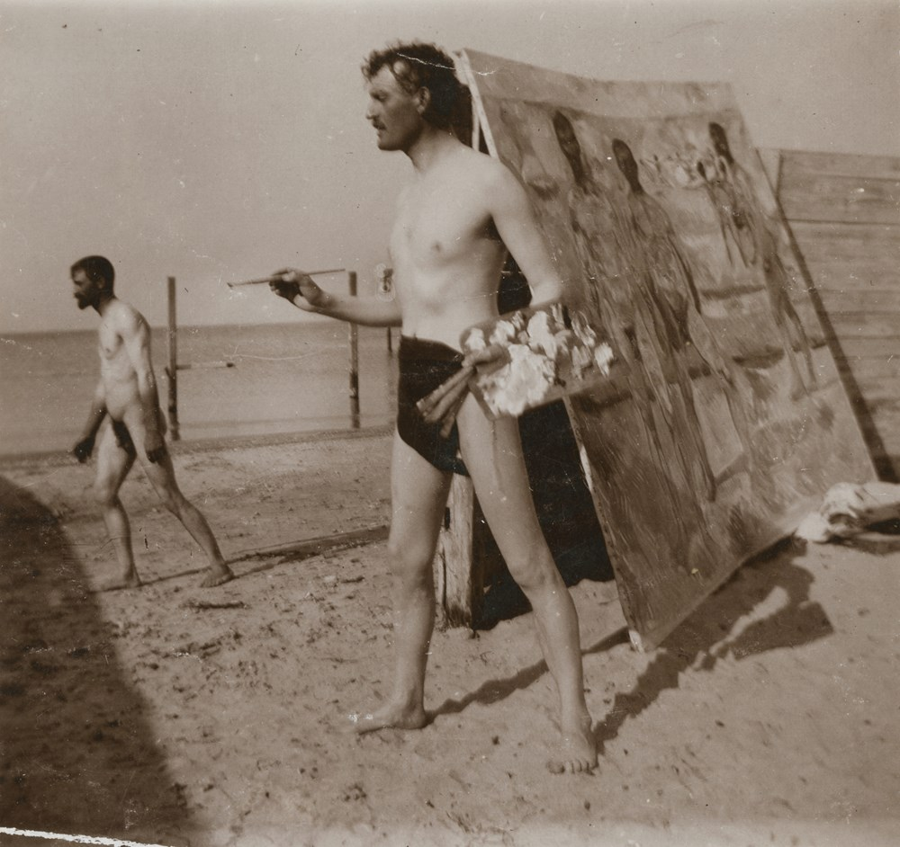 Edvard Munch: Edvard Munch on the beach with brush and palette. Collodion, 1907. Photo © Munchmuseet