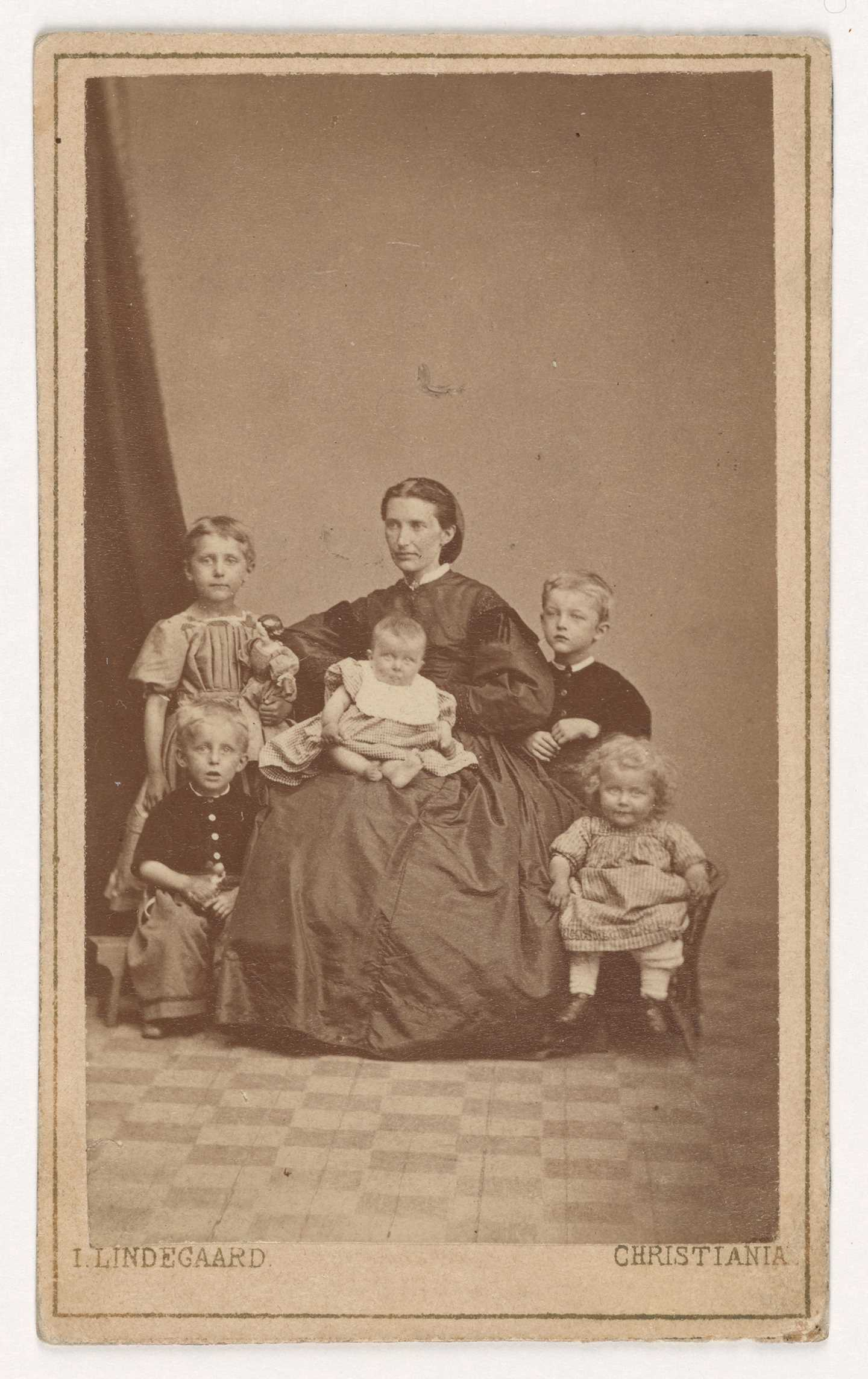 Laura Cathrine Munch and her children, 1868. Sophie (top left), Edvard (top right), Andreas (bottom left), Laura (bottom right) and Inger (centre). Photo © Munchmuseet
